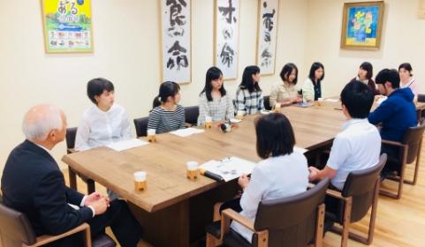 北海道当麻町の発掘ツアーが掲載された新聞の写真
