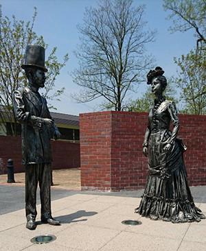 二体の銅像