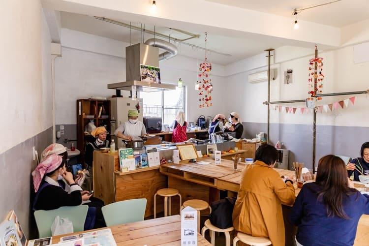 カフェを開く稲取高校の学生