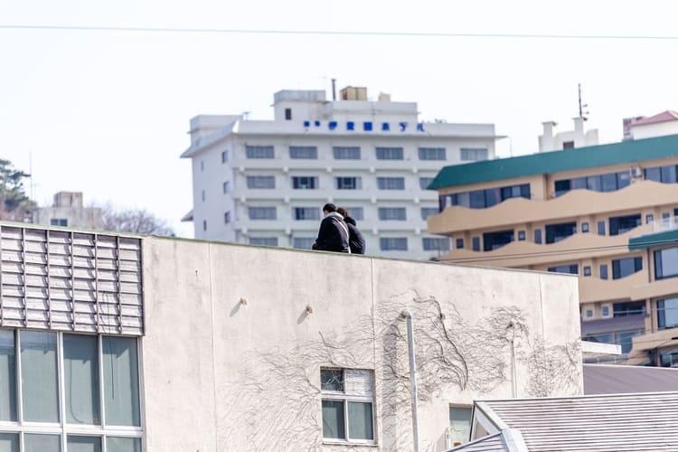 屋上で黄昏る様子