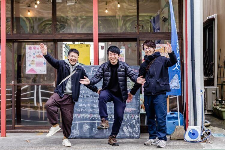 ダイロクキッチンの前で写真を撮るローカルデザインネットワークのメンバー