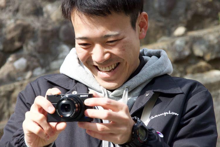 カメラを構える菊池さん
