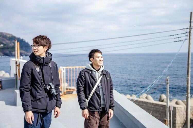 屋上で景色を眺める守屋さんと菊池さん