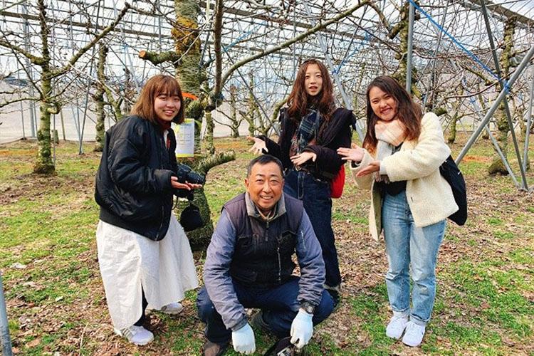 八戸農業協同組合さくらんぼ専門部の部長である山田仁志さんとの集合写真