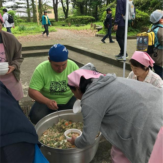 まち協イベントでちゃんこ鍋を振舞う臥牛山さんの写真