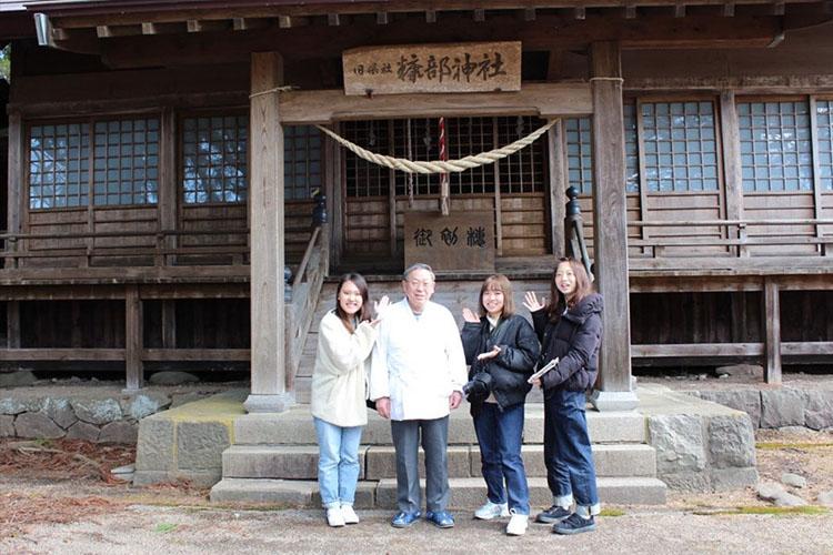 糠部神社で宮司の石川さんとの集合写真