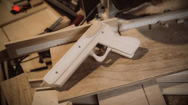 輪ゴム鉄砲職人|すーさん 木の工房の動画を観る