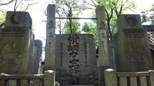 神社裏の大きな横綱力士碑